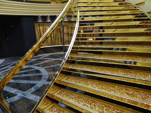 MSCプレチオーサのスワロスキーの階段